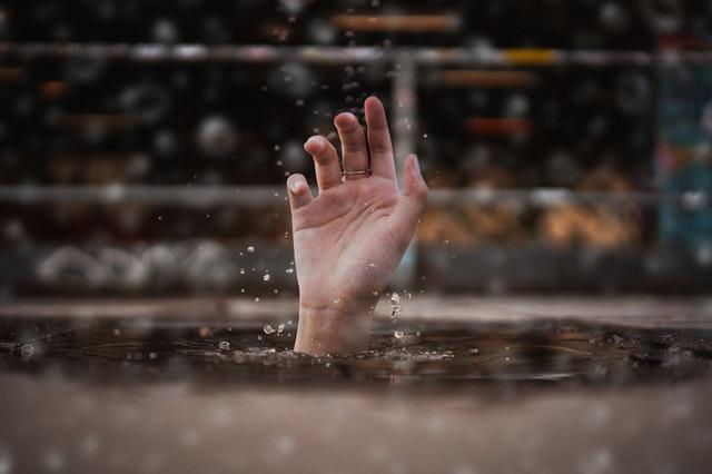 Jak ratować tonącego- by przy okazji samemu nie paść ofiarą utonięcia?